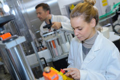 Componentes electrónicos de la producción en la fábrica de alta tecnología Fotografía de archivo libre de regalías