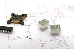 Componentes electrónicos en diagramas esquemáticos imagenes de archivo