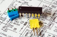 Componentes electrónicos en esquema impreso Foto de archivo libre de regalías