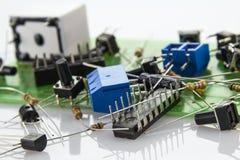 Componentes electrónicos en la placa madre con el bloqueo del código local 10 foto de archivo