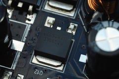 Componentes electrónicos en la tarjeta del circuito impreso Foto de archivo libre de regalías