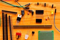 Componentes electrónicos en piso de madera Imagen de archivo libre de regalías