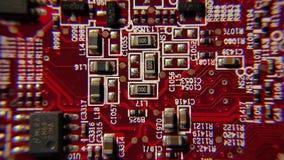 Componentes electrónicos en un tablero del ordenador almacen de metraje de vídeo