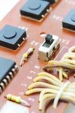 Componentes electrónicos en un tablero obsoleto del circuito impreso Foto de archivo