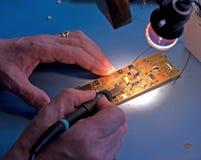 Componentes eletrônicos de solda. fotografia de stock