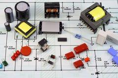Componentes eletrônicos e o esquema elétrico fotos de stock royalty free