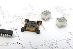 Componentes eletrônicos em desenhos esquemáticos foto de stock royalty free