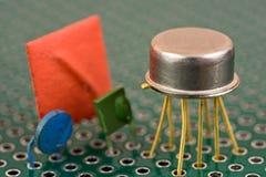 Componentes eletrônicos na placa de circuito foto de stock