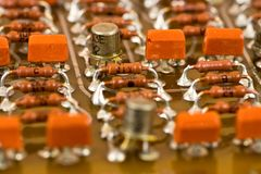 Componentes eletrônicos na placa de circuito fotos de stock royalty free