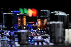 Componentes eletrônicos na placa do printed-circuit imagens de stock