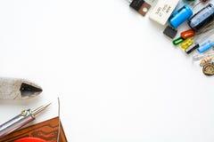 Componentes eletrônicos no fundo branco imagem de stock royalty free