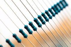 Componentes eletrônicos: resistores na fita de papel - imagem fotografia de stock