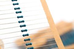 Componentes eletrônicos: resistores na fita de papel - imagem foto de stock