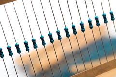 Componentes eletrônicos: resistores na fita de papel - imagem imagem de stock