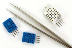 Componentes eletrônicos em um fundo branco imagem de stock