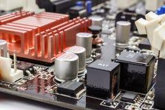 Componentes eletrônicos instalados no close up do cartão-matriz imagens de stock royalty free