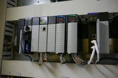 Componentes eletrônicos no sistema de controlo O circuito do sistema de controlo na caixa de controle fotos de stock royalty free