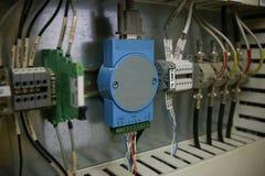 Componentes eletrônicos no sistema de controlo O circuito do sistema de controlo na caixa de controle fotografia de stock