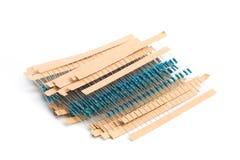 Componentes eletr?nicos: resistores na fita de papel isolada em branco - imagem imagem de stock