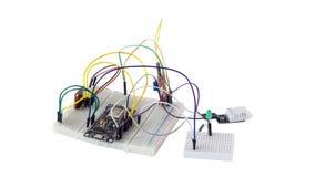 Componentes encaixados da microeletrônica na placa da criação de protótipos imagens de stock