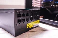 Componentes individuais de um computador pessoal Fonte de alimentação do computador pessoal imagens de stock
