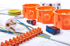 Componentes para el uso en instalaciones eléctricas Enchufe, conectores, caja de conexiones, interruptor, cinta del aislamiento y imagenes de archivo