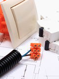Componentes para las instalaciones y los diagramas eléctricos de la construcción Foto de archivo libre de regalías