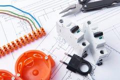 Componentes para o uso nas instalações elétricas Corte alicates, conectores, fusíveis e fios Acessórios para o trabalho de engenh imagem de stock royalty free