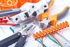 Componentes para o uso nas instalações elétricas Corte alicates, conectores, fusíveis e fios Acessórios para o trabalho de engenh fotos de stock royalty free