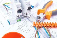 Componentes para o uso nas instalações elétricas Corte alicates, conectores, fusíveis e fios Acessórios para o trabalho de engenh Fotografia de Stock Royalty Free