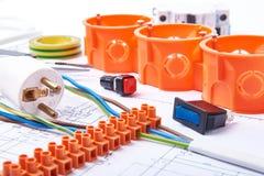 Componentes para o uso nas instalações elétricas Tomada, conectores, caixa de junção, interruptor, fita do isolamento e fios Aces Imagens de Stock