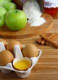 Componentes para a torta de maçã do cozimento. fotografia de stock