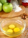 Componentes para a torta de maçã do cozimento. fotografia de stock royalty free