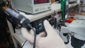 Componentes que sueldan del trabajador a la placa de circuito impresa almacen de metraje de vídeo