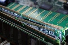 Componentes usados dos produtos eletr?nicos de consumo M?dulos de RAM, discos r?gidos, cart?es de expans?o imagem de stock