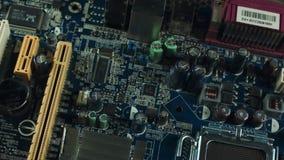 Componenti del primo piano della scheda madre, delle scanalature di sata e di RAM, dispositivo di raffreddamento del dissipatore  video d archivio