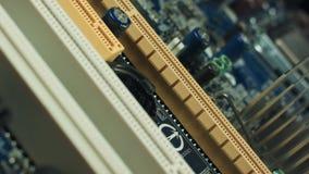 Componenti di elettronica sul mainboard moderno del computer del PC stock footage