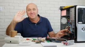 Componenti elettroniche di studio del tecnico e provare a riparare hardware stock footage