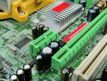 Componenti radiofoniche saldate sulla fine del circuito del computer su fotografie stock libere da diritti