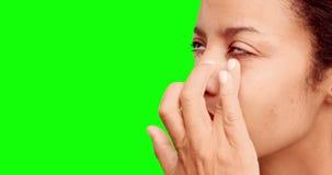 Componga al artista que pone la crema en cara de los modelos almacen de video