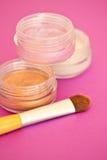 Componga: cepillo y sombreadores de ojos coloridos Fotos de archivo libres de regalías