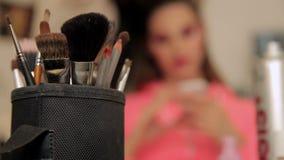 Componga de mujer desconocida con componen cepillos en primero plano metrajes