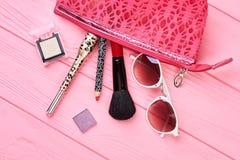 Componga el bolso con los cosméticos y los accesorios Imagenes de archivo