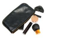Componga el bolso con los cosméticos y cepíllelo en copyspace suave de las sombras del fondo blanco fotos de archivo libres de regalías