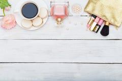 Componga i prodotti, profumo su un fondo di legno bianco Immagini Stock