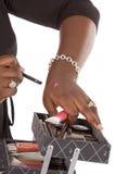 Componga il colore del prodotto della prova dell'artista sulla sua mano Immagine Stock Libera da Diritti