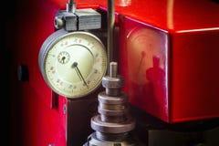 Componga il metro di distanza dell'indicatore su un pantografo chiave rosso Fotografia Stock