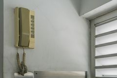 Componga il telefono analogico di emergenza che appende sulla parete all'elevatore immagini stock libere da diritti