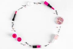 Componga l'insieme con il modello decorativo di vista superiore del fondo dello scrittorio della donna dei cosmetici Fotografie Stock