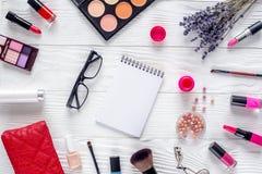 Componga l'insieme con il modello decorativo di vista superiore del fondo dello scrittorio della donna dei cosmetici Immagine Stock Libera da Diritti